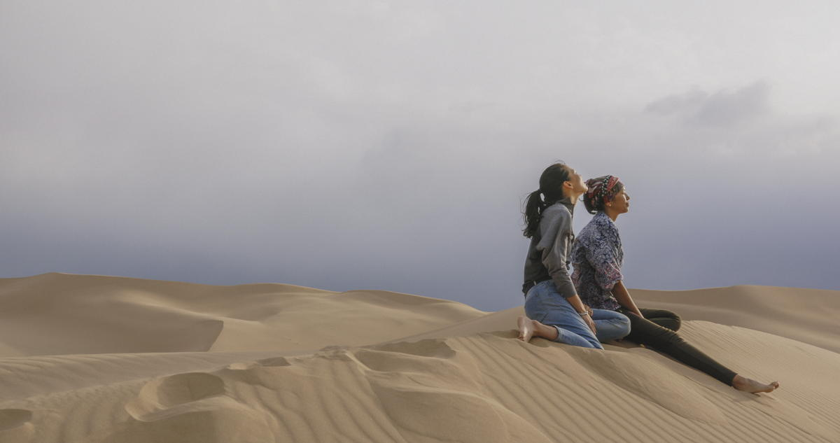 Zwei Frauen auf einer Sanddüne (Filmausschnitt)